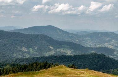 Вид на смт Славське та г. Тростян